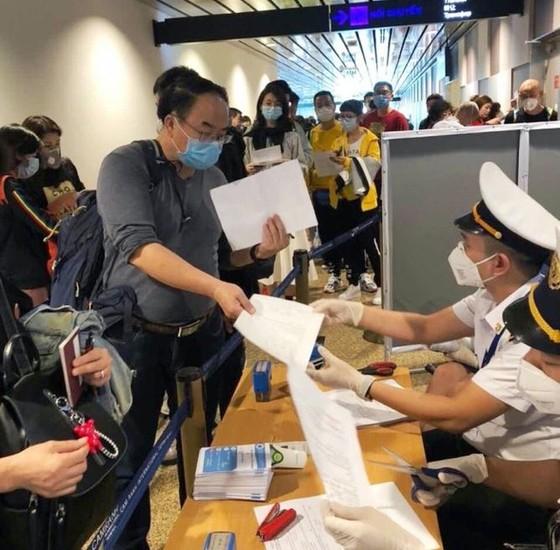 Bắt buộc khách nhập cảnh từ Hàn Quốc vào Việt Nam phải khai báo y tế ảnh 1