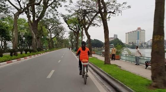 Ngày đầu thực hiện cách ly toàn xã hội - đường phố Hà Nội không vắng bóng người ảnh 4