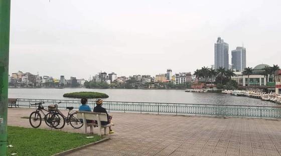 Ngày đầu thực hiện cách ly toàn xã hội - đường phố Hà Nội không vắng bóng người ảnh 3