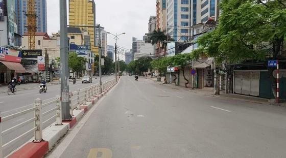 Ngày đầu thực hiện cách ly toàn xã hội - đường phố Hà Nội không vắng bóng người ảnh 5