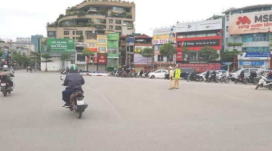 Ngày đầu thực hiện cách ly toàn xã hội - đường phố Hà Nội không vắng bóng người ảnh 8
