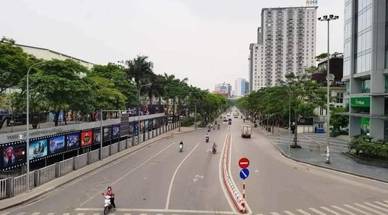 Ngày đầu thực hiện cách ly toàn xã hội - đường phố Hà Nội không vắng bóng người ảnh 6