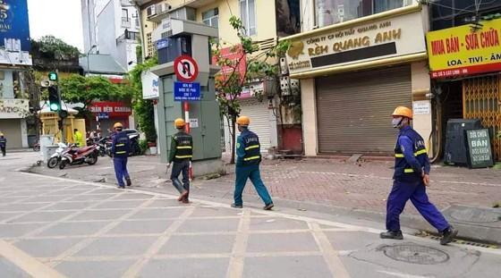Ngày đầu thực hiện cách ly toàn xã hội - đường phố Hà Nội không vắng bóng người ảnh 11
