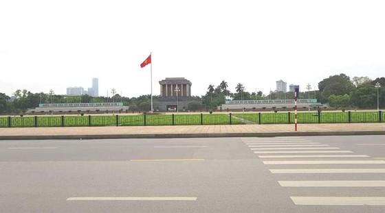 Ngày đầu thực hiện cách ly toàn xã hội - đường phố Hà Nội không vắng bóng người ảnh 1