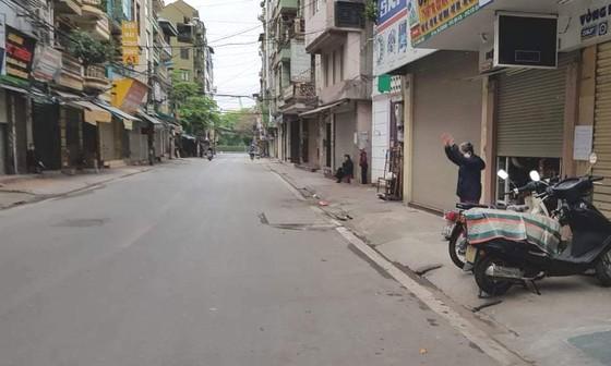 Ngày đầu thực hiện cách ly toàn xã hội - đường phố Hà Nội không vắng bóng người ảnh 7