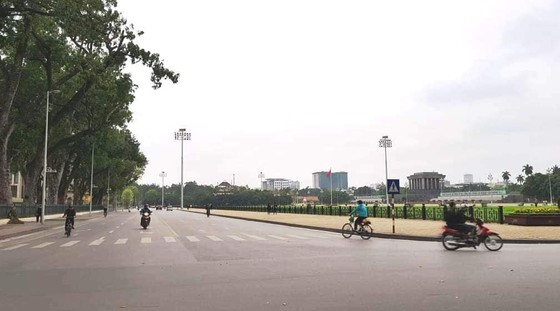 Ngày đầu thực hiện cách ly toàn xã hội - đường phố Hà Nội không vắng bóng người ảnh 2