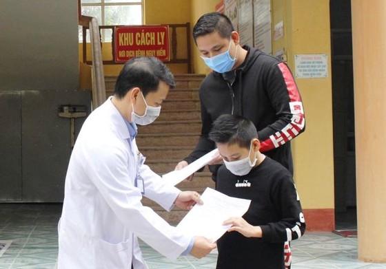 Bệnh viện huyện chữa khỏi bệnh Covid-19 cho cậu bé quốc tịch Anh  ảnh 1