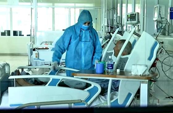 Bệnh nhân Covid-19 người Anh (74 tuổi) xuất viện vào 22 giờ đêm 13-4 ảnh 1