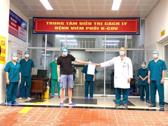 2 bệnh nhân mắc Covid-19 từng có kết quả xét nghiệm 'nhảy múa' được ra viện ảnh 2