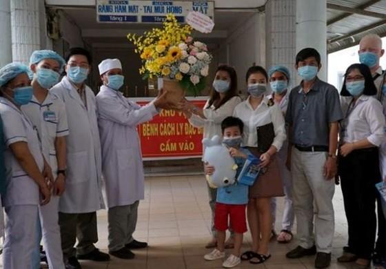 Cậu bé 6 tuổi cùng 6 bệnh nhân Covid-19 được công bố khỏi bệnh  ảnh 2