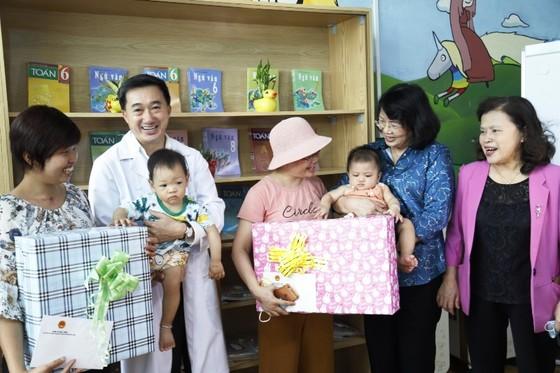 Phó Chủ tịch nước tới bên giường bệnh, xúc động trao quà cho bệnh nhi ung thư ảnh 1