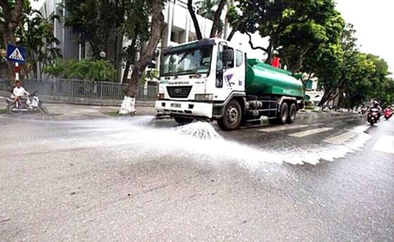 Ô nhiễm, nóng bức, Hà Nội chi hơn 114 tỷ để rửa đường ở 30 quận huyện ảnh 1