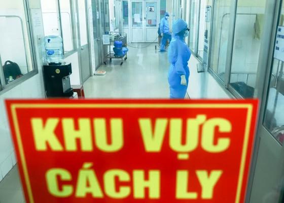 Một nhân viên y tế bệnh viện dã chiến cùng 10 người mắc Covid-19 ảnh 1