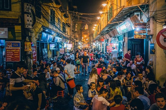 Yêu cầu các bar đông người ở khu phố cổ Tạ Hiện dừng hoạt động để phòng chống dịch Covid-19 ảnh 1