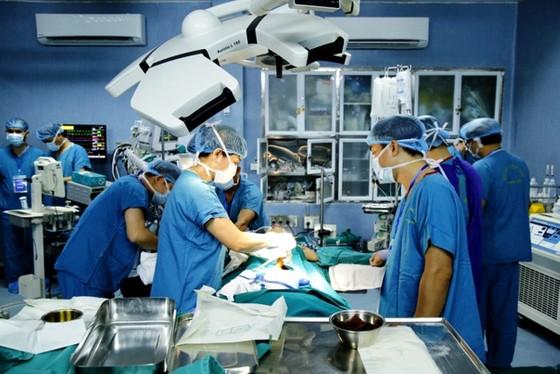 Lần đầu tiên thực hiện 2 ca ghép ruột từ người cho còn sống ảnh 1