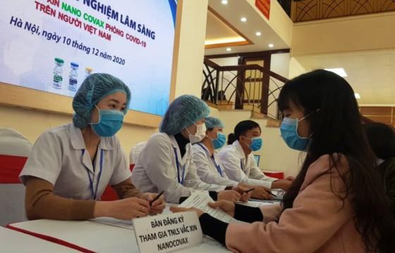 Hơn 30 người tình nguyện tiêm vaccine phòng Covid-19 trong ngày thử nghiệm lâm sàng đầu tiên ảnh 1