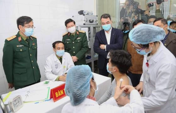 Người tình nguyện đầu tiên của Việt Nam tiêm vaccine ngừa Covid-19 Nano Covax. Ảnh: QUANG PHÚC