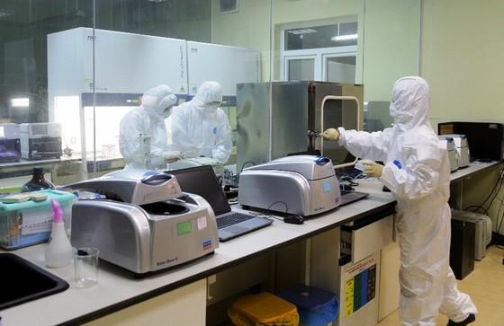Cán bộ dịch tễ của tỉnh Quảng Ninh làm việc xuyên đêm để xét nghiệm các trường hợp tiếp xúc, nghi nhiễm Covid-19