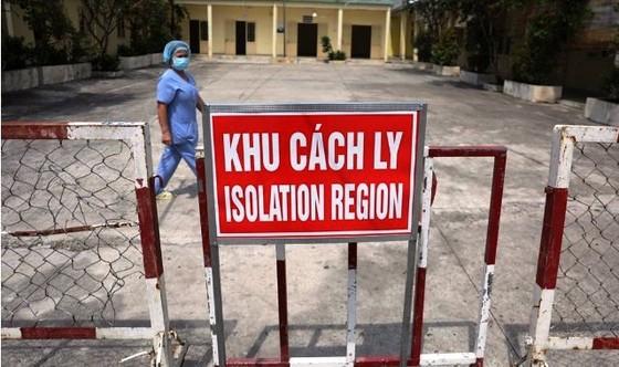 Nam nhân viên Sân bay Tân Sơn Nhất cùng 4 người khác mắc Covid-19 ảnh 1