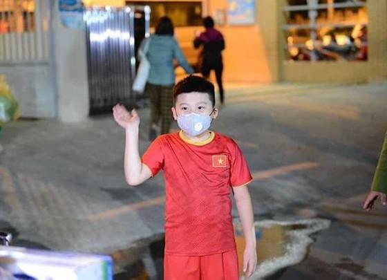 Xúc động 15 học sinh đầu tiên của trường tiểu học Xuân Phương được về nhà ăn Tết ảnh 1