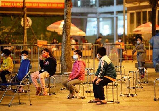 Xúc động 15 học sinh đầu tiên của trường tiểu học Xuân Phương được về nhà ăn Tết ảnh 2