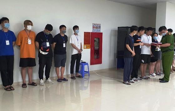 Lực lượng chức năng tiến hành phân loại, lấy lời khai từ các đối tượng người Trung Quốc nhập cảnh trái phép, thuê chung cư ở quận Nam Từ Liêm, Hà Nội để sinh sống