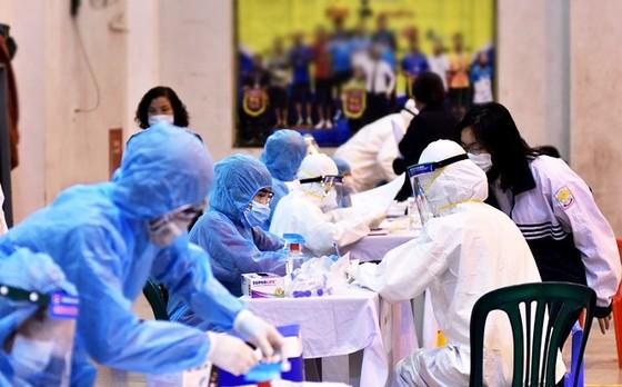 Sáng nay 9-5, Hà Nội có 4 học sinh học cùng lớp 12 dương tính SARS-CoV-2 ảnh 1