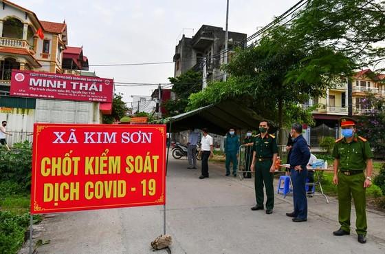 Hà Nội phát hiện 5 ca dương tính mới là người bán hàng và tiếp xúc trên sân bóng đá ảnh 1