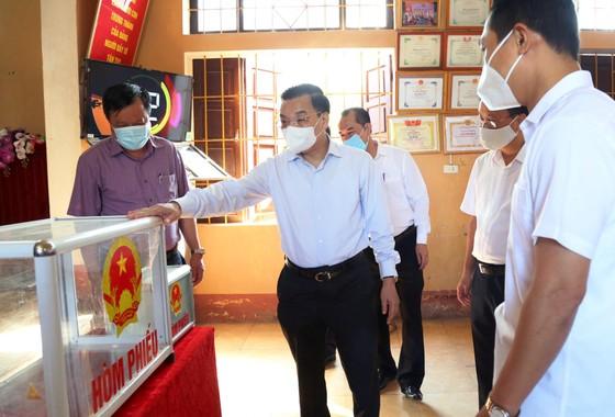 Chủ tịch UBND TP Hà Nội: Tuyệt đối không để lây nhiễm dịch ở các tổ bầu cử ảnh 2