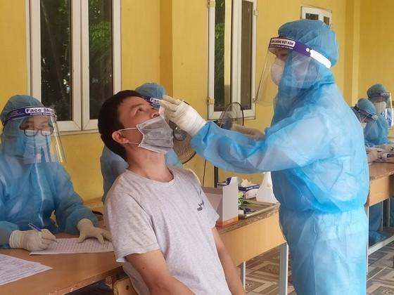 Sàng lọc ho, sốt phát hiện 1 nhân viên bưu điện và 2 người làm ở siêu thị dương tính SARS-CoV-2 ảnh 1