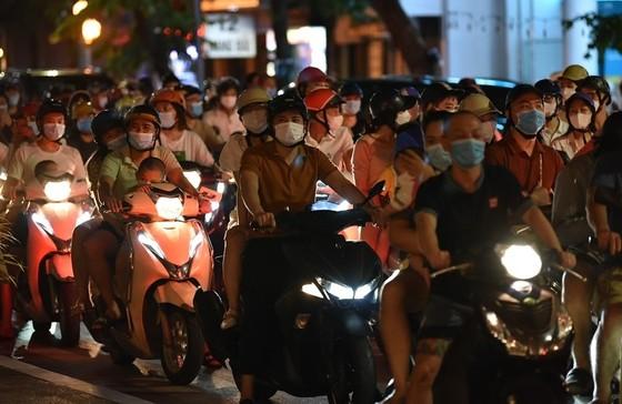 Sau đêm Trung thu đông nghịt, Hà Nội nguy cơ uổng phí thành quả chống dịch ảnh 2