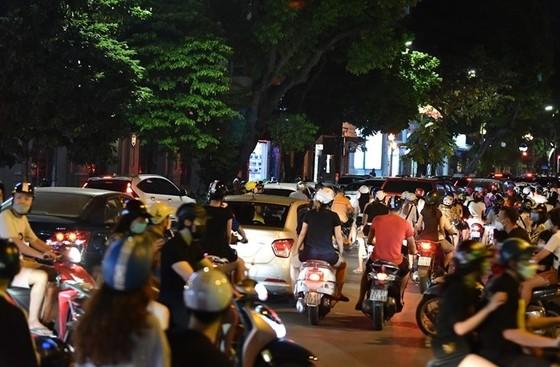 Sau đêm Trung thu đông nghịt, Hà Nội nguy cơ uổng phí thành quả chống dịch ảnh 1