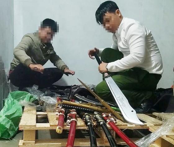 Phát hiện nhiều vũ khí sát thương tại cửa hàng tạp hóa ảnh 1