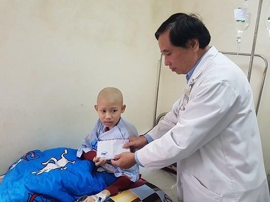 Trao tiền giúp nhiều bệnh nhân nghèo miền Trung ảnh 1
