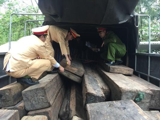 Phát hiện ô tô chở hơn 9m3 gỗ mun trái phép từ Quảng Bình đi Đồng Nai ảnh 1