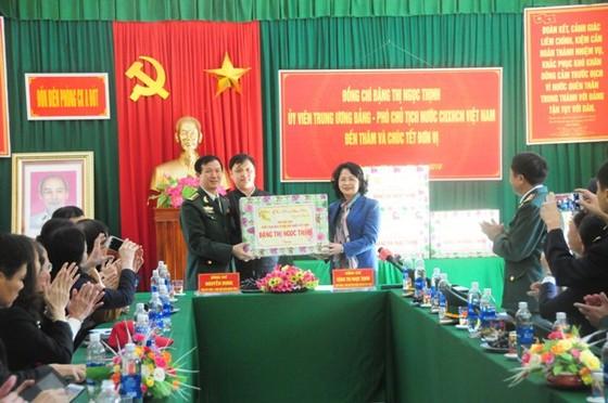 Phó Chủ tịch nước Đặng Thị Ngọc Thịnh tặng quà tết tại A Lưới ảnh 1