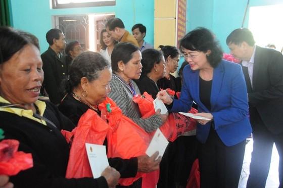 Phó Chủ tịch nước Đặng Thị Ngọc Thịnh tặng quà tết tại A Lưới ảnh 2