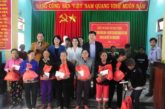 Phó Chủ tịch nước Đặng Thị Ngọc Thịnh tặng quà tết tại A Lưới ảnh 3