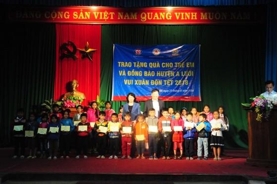 Phó Chủ tịch nước Đặng Thị Ngọc Thịnh tặng quà tết tại A Lưới ảnh 4