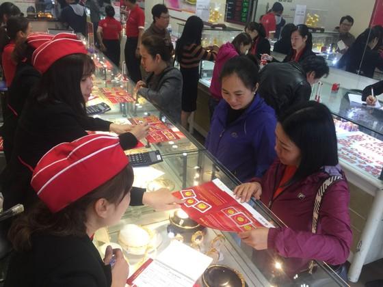 Người dân cố đô Huế đổ xô đi mua vàng ảnh 1