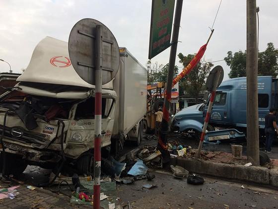 Kinh hoàng container nổ lốp gây tai nạn khiến 3 người bị thương ảnh 2