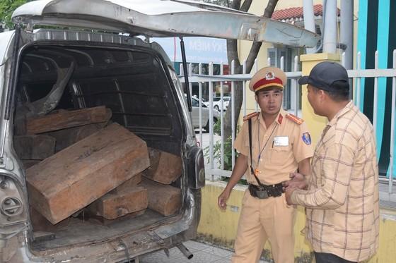 Liên tục phát hiện 2 ô tô vận chuyển gỗ lim, gỗ trắc trái phép ảnh 2