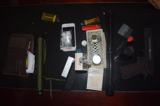 Bắt nóng đối tượng nghi tàng trữ ma túy, súng, dùi cui ảnh 2