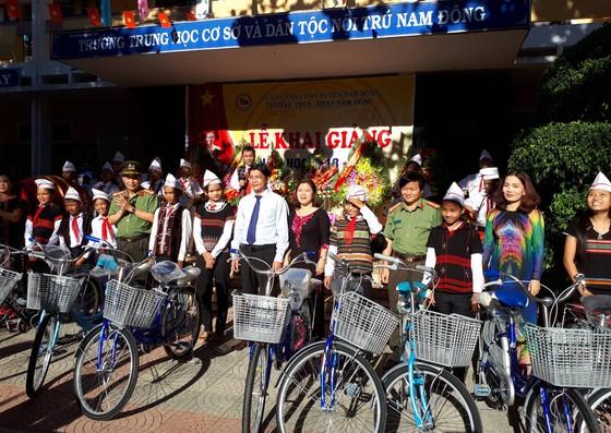 Hàng ngàn suất quà cho học sinh nghèo nhân ngày khai giảng tại Thừa Thiên - Huế ảnh 1