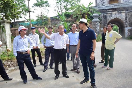 """Chủ tịch UBND tỉnh Thừa Thiên – Huế đến với người dân sống """"treo"""" trên Kinh thành Huế ảnh 2"""