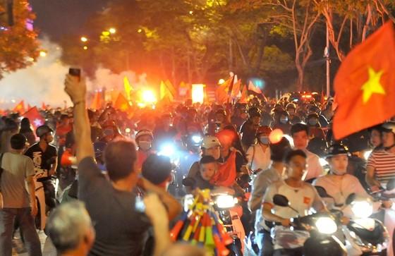 Nức lòng khi Việt Nam vào Chung kết AFF Cup ảnh 2