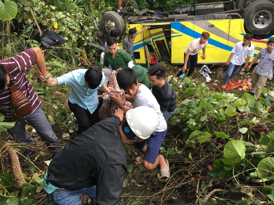 Xe khách chở 26 người rơi xuống vực đèo Hải Vân, đã có 1 người tử vong ảnh 13