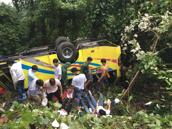 Xe khách chở 26 người rơi xuống vực đèo Hải Vân, đã có 1 người tử vong ảnh 16