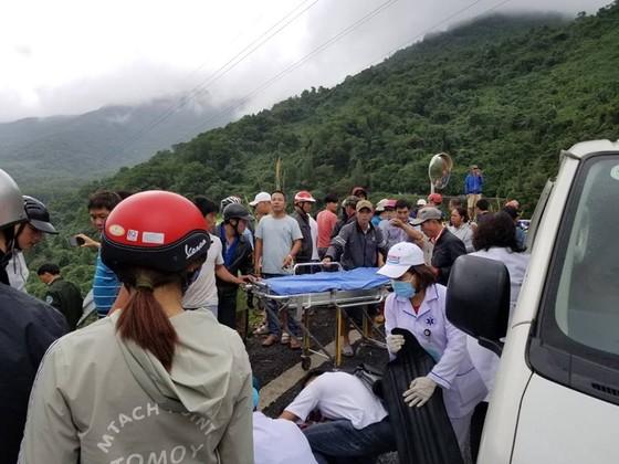 Xe khách chở 26 người rơi xuống vực đèo Hải Vân, đã có 1 người tử vong ảnh 1