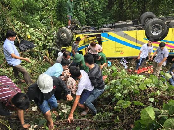 Xe khách chở 26 người rơi xuống vực đèo Hải Vân, đã có 1 người tử vong ảnh 21